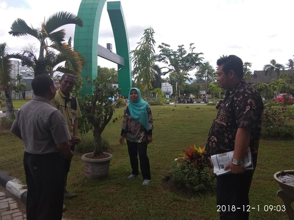 Direktur, Wadir Umum dan Keuangan, Beserta Kepala Instalasi Kesehatan Lingkungan RS Melihat Progress Gerakan Penghijauan RSUD Provinsi NTB