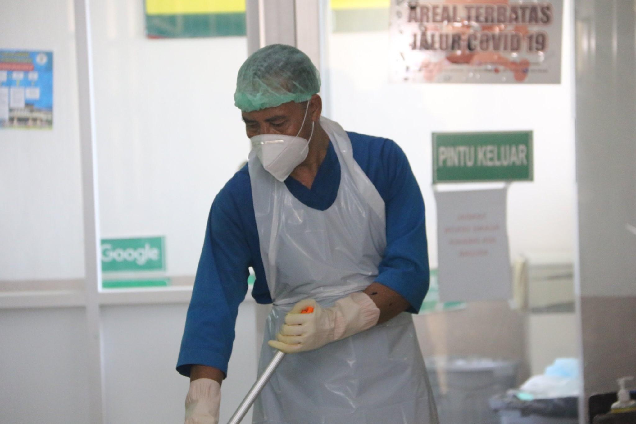 Mengenal Bapak H Usman Cleaning Service Yang Juga Menjadi Garda Terdepan Selama Pandemi Rumah Sakit Umum Daerah Provinsi Ntb