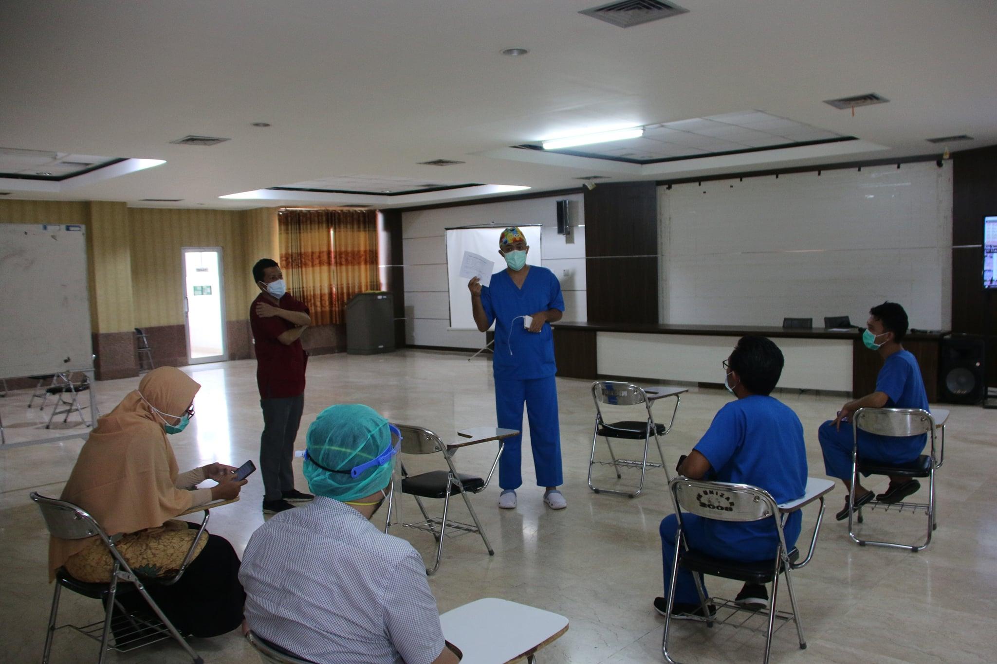 dr. Yudhi Kurniawan, Sp.A Memberikan Penyuluhan Kepada Penerima Vaksin COVID-19 Selama Masa Observasi 30 Menit