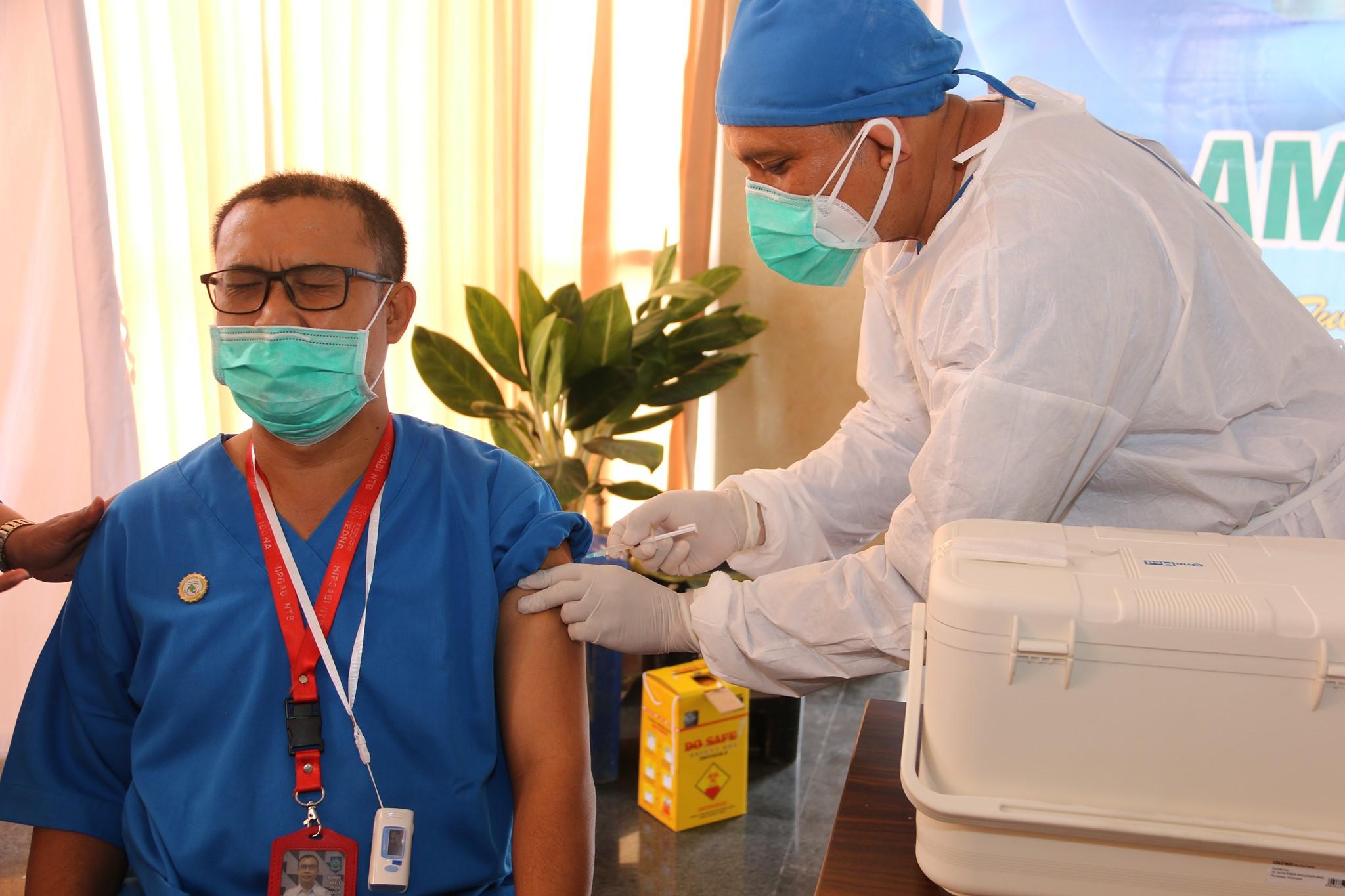 Hari Kedua Pelaksanaan Pemberian Vaksin COVID-19 di RSUD Provinsi NTB